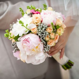 Букет невесты из пионовидных и кустовых роз «Сегодня ночью»