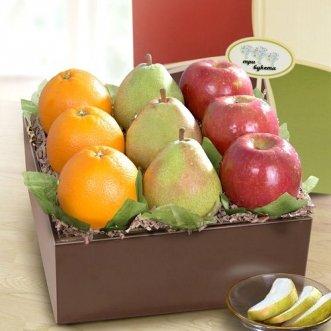 Коробочка с яблоками, грушами и апельсинами
