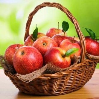 Фруктовая корзина с яблоками