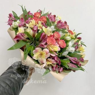 Разноцветные альстромерии и розы