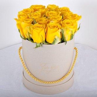 Желтые розы в коробке