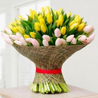101 желтый и белый тюльпан в сетке